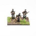 SS44a – German SS Panzer Grenadiers (smock, ankle boots, webbing, plain helmet) – Riflemen with Kar 98 rifle moving (3 figures)